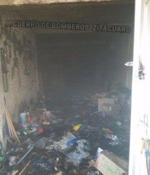 8e7833db67eb Pérdida total en incendio de fábrica de artículos para limpieza en céntrica  calle  Zitácuaro